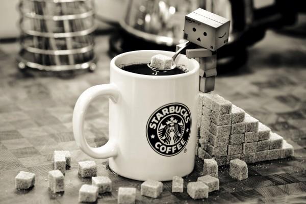 Danbo endulzando un café