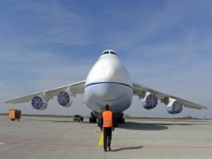 Hombre caminando hacia un avión