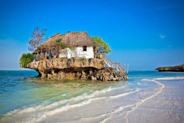 Casa en una roca en la orilla del mar