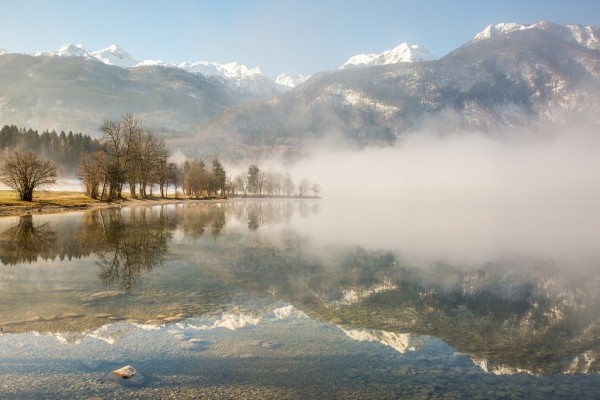 Niebla sobre un lago de aguas transparentes