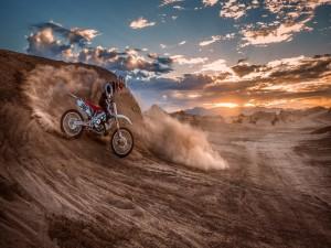 Carrera de motocross en un desierto