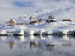 Aldea cubierta de nieve en Groenlandia