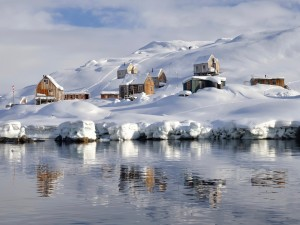 Postal: Aldea cubierta de nieve en Groenlandia