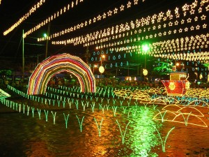 Alumbrado navideño sobre el río Medellín (Colombia)