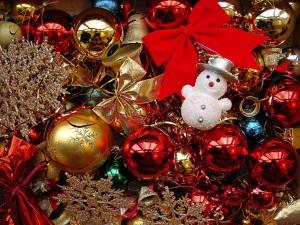 Pequeño muñeco de nieve y otros elementos decorativos para Navidad