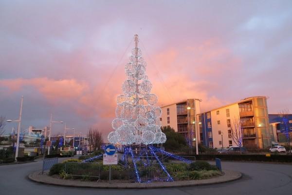 Iluminacion navideña en una rotonda de Saint Helier (Jersey)