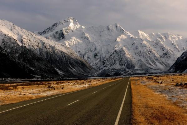Carretera hacia las montañas nevadas