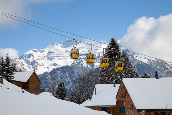 Teleférico sobre un paisaje nevado en Suiza