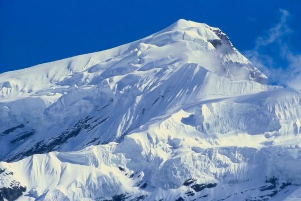 Pico montañoso cubierto de nieve