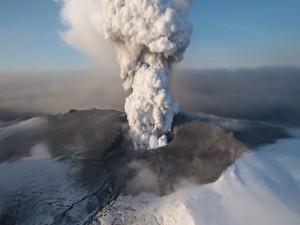 Volcán helado en erupción
