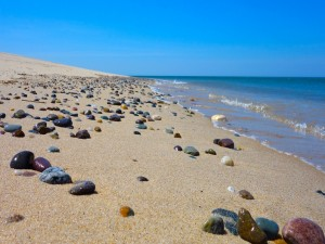 Piedras de colores en una playa