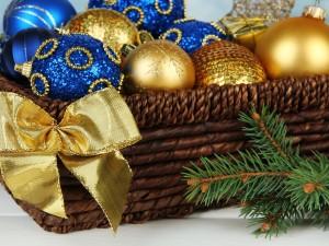 Postal: Cesta con bolas azules y doradas para adornar en Navidad