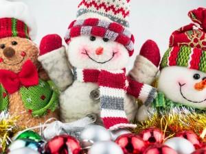 Muñecos de nieve preparados para recibir la Navidad