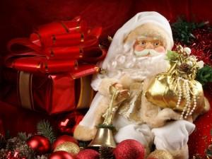 Postal: Figura de Papá Noel y regalos navideños