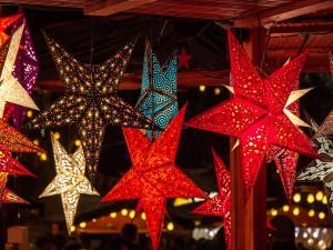 Estrellas de Navidad colgadas de un techo