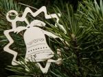 Campana blanca de madera adornando en el árbol de Navidad