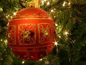 Un preciosa bola en el árbol de Navidad