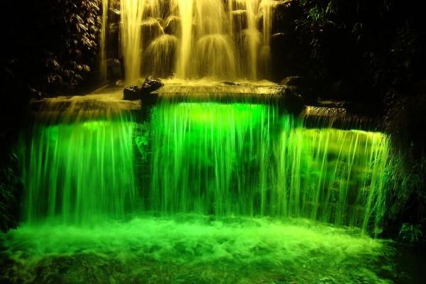 Cascada iluminada en el Festival anual de luces de Nueva Zelanda