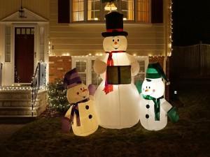 Tres muñecos de nieve iluminados como decoración de Navidad