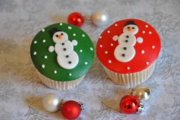 Unos cupcakes y bolas de Navidad