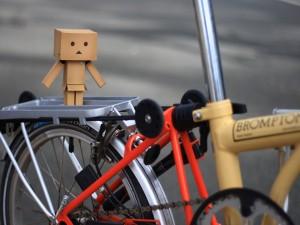 Danbo sobre una bicicleta