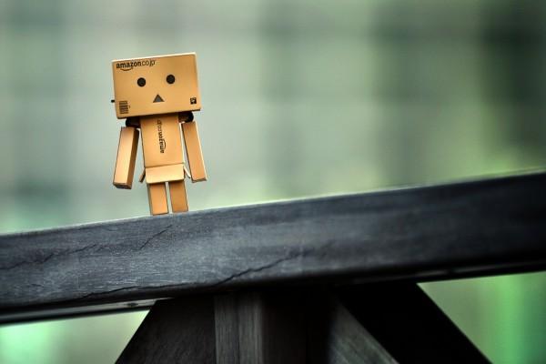El pequeño Danbo sobre una barandilla de madera