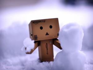 Danbo haciendo un muñeco de nieve