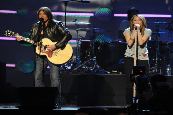 Miley Cyrus cantando junto a su padre Billy Ray Cyrus
