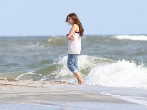 Miley Cyrus paseando por una playa