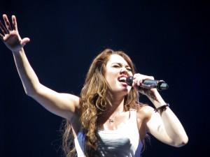 La cantante Miley Cyrus apasionada en un concierto