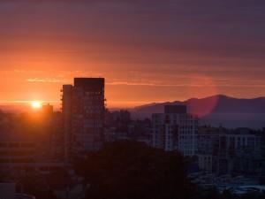 Los últimos rayos del sol sobre la ciudad