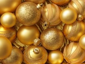 Bolas doradas para adornar en los días festivos