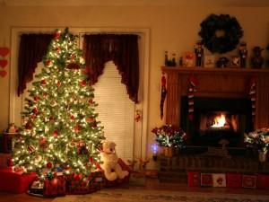 Postal: Maravilloso árbol de Navidad junto a una chimenea
