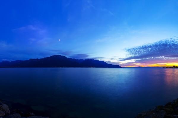 Lago de Ginebra visto al anochecer desde la ciudad de Montreux (Suiza)