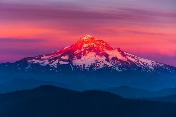 El sol ilumina el Monte Hood
