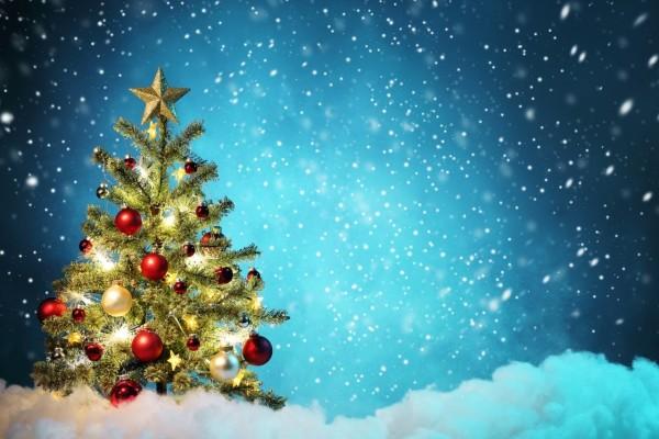 Copos de nieve sobre el arbolito de Navidad