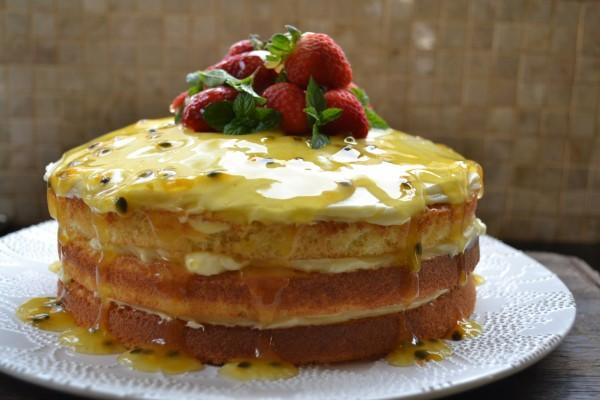 Una rica tarta cubierta de fruta