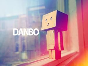 Postal: Danbo junto a una ventana