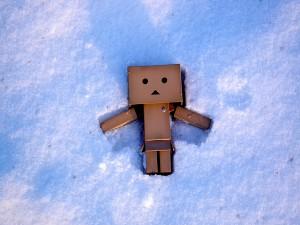 Danbo tumbado sobre la nieve