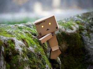 Postal: Danbo escalando una roca