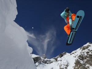 Postal: Gran salto con la tabla de Snowboard