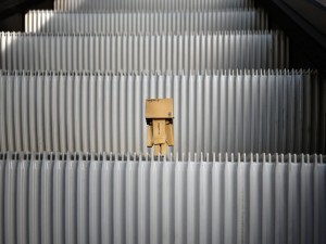Danbo en unas escaleras mecánicas
