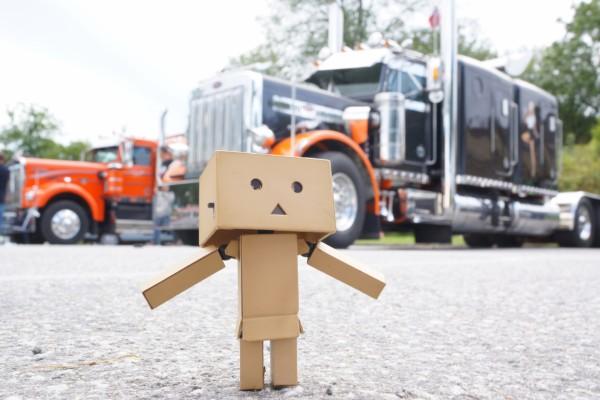 Grandes camiones junto a Danbo