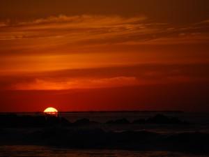 El sol desapareciendo en el horizonte