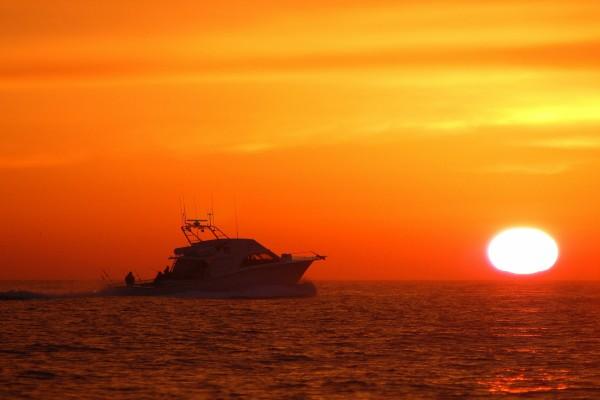 Navegando en un hermoso atardecer
