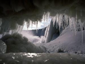 Postal: Gran catarata vista desde una cueva helada