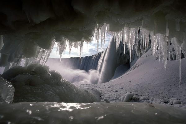 Gran catarata vista desde una cueva helada