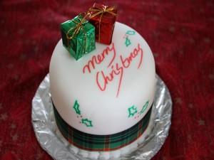 """Postal: Tarta con un mensaje de """"Feliz Navidad"""""""