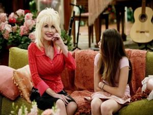 """Postal: Dolly Parton junto a Miley Cyrus en la serie """"Hannah Montana"""""""
