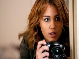 Miley Cyrus con una cámara de fotos